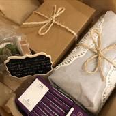 """Hoy preparamos este especial regalo lleno de detalles para una mamá cumpleañera🎂. . . Se trata de nuestro pack """"en familia"""". . . Incluye: 📷un moderno marco de acrílico con foto personalizada, 🌿una pequeña planta o arreglo floral en envase mini, 🧁una torta pequeña (en este caso de cambur con nueces y chocolate), 🍫y esta clienta decidió incluir también una cajita de @zisnellachocolates para complementar. . . ¡Es tan fácil hacer feliz a esa persona! Y estamos aquí para ayudarte😚. . . Visita nuestra página www.envia58.com o contáctanos por whatsapp o email, con mucho gusto te atenderemos!! . . . #envia58 #regalaconenvia58 #packenfamilia #regalosenvenezuela"""
