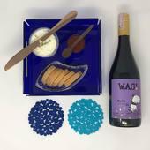 """Si quieres regalar un momento especial con un detalle que permanezca en el tiempo, el Pack """"Cobalto"""" puede ser el ideal para tí!. . Incluye una bandeja de acrílico de 20 x 20 cm, una botella de vino WAG, dos coasters para vasos o copas, queso de cabra con mermelada de ají dulce para untar, y tostadas para acompañar. .  Puedes visitar nuestra página web www.envia58.com para mayor información!"""