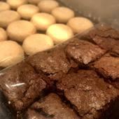 ¿Quién dijo que aquí no se trabaja los domingos por la noche?.🌛 . Alistando un pedido MUY dulce para una mamá muy afortunada que cumple años mañana🍫🍫🍫. . #envia58 #enviaregalosenvenezuela #regalosenvenezuela #regalosenvzla #polvorosas #brownies