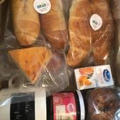 Un desayuno personalizado para un papá súper especial💙🥐🧀. . ¡Felíz semana a todos!. . #enviadesayunos #envia58 #enviaregalosenvenezuela #regalosadistanciaenvzla #packgalipan
