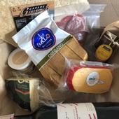 """Nuestro """"Pack Kukenan"""" es sin duda uno de los favoritos de nuestros clientes. ❤️ . ¿Por qué? Pues porque incluye lo necesario y más para una deliciosa tarde de picadera con quesos, embutidos, sus crujientes acompañantes, mermelada de ají dulce y una botella de vino. Todo presentado sobre una tabla de madera y acompañado por una cucharita para ayudar a servirlo.🧀🥨🍷🌶 . #packkukenan #enviaregalosenvenezuela #regalosenvenezuela #regalosenvzla #regalaencaracas"""