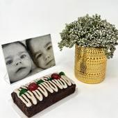 """¿Tienes una foto especial que quieres que tu familia tenga para ver todos los días?📸. . Entonces este regalo es para tí: nuestro Pack """"En familia"""" que incluye un marco de acrílico 5 x 7 con la foto que nos envíes, un bello florero pequeño con su arreglo, y una torta de la temporada para compartir (o no🤷🏻♀️). . No dejes que pase esta Navidad sin dar ese detalle que tienes pendiente!🎄. . Visítanos en www.envia58.com. ."""
