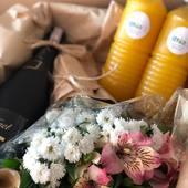 """¡Siempre hay una forma de decir """"presente"""" en los días especiales de nuestros familiares y amigos!🙋🏻♀️ . Una clienta nos escribió muy triste porque no podría estar en el matrimonio de su amiga queridísima y corrimos a complacerla con un kit de mimosas y unas flores para la novia🍊🍾💐👰🏻. . ¡Contáctanos cuando se acerquen esos días especiales y te ayudaremos!👊🏻. . #envia58 #enviaregalosenvenezuela #regalosenvzla #regalosenvenezuela #regalosadistanciaenvzla #regalosdebodaespeciales"""