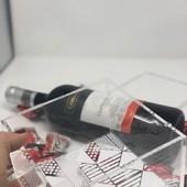 """Hemos estado trabajando mucho 🐜🐜🐜 para actualizar nuestra página y poder ayudarte a enviar ese detalle que tienes pendiente🌟. .  Aquí mostramos el pack """"chocobox"""" que incluye una bella y moderna caja de acrílico llena de dulcitos con una botella de vino Tempranillo. Presentado en caja de cartón envuelta en papel Kraft y su respectivo mensaje personalizado escrito por ti!. .  Arriba esos ánimos, aquí estamos para ayudarte!. .  Visítanos en www.envia58.com o contáctanos vía whatsapp, toda nuestra info está en la bio👆🏼. . #diadelasmadres #regalosencaracas #regalosadistanciaenvzla #envia58"""